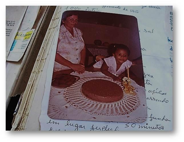 Mais um aniversário na casa dos Diniz – O olhar azul de quem tem autoridade culinária, autoridade na cozinha – Atenção para a simetria perfeita do bolo sobre a toalha de festa – de crochê – feita à mão pela Dona Terezinha
