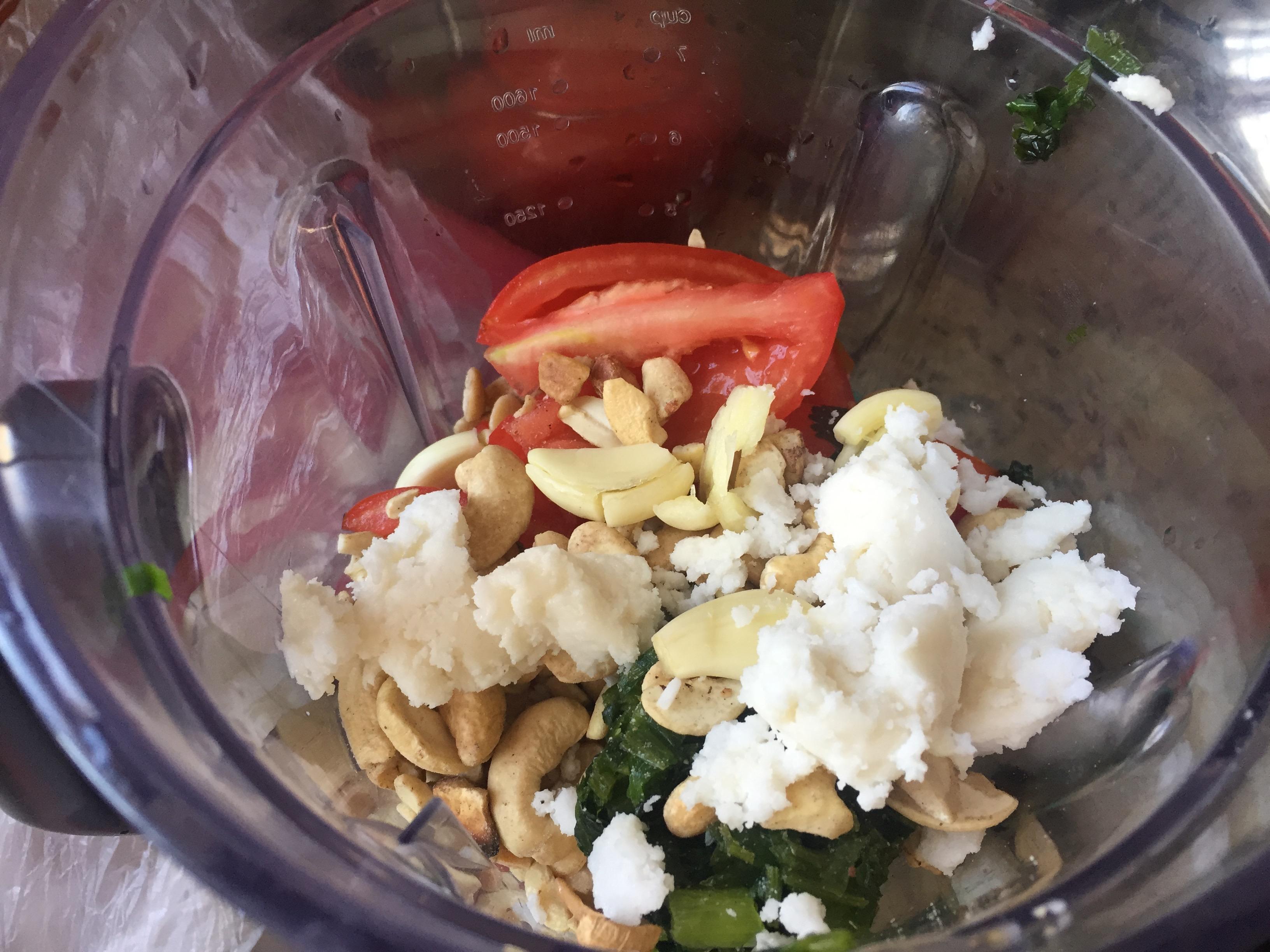 Bater no liquidificador: 3 tomates maduros + 1/2 pimentão + 2 cebolas médias + 3 colheres de sopa de amendoim torrado sem casca + 3 colheres de sopra de casinha de cajú sem casca + 5 dentes de alho + 4 colheres de sopa de manteiga de coco (uso COPRA)  + 1/2 xícara de camarão seco com casca e cabeça (sem olhos) + 1 xícara de água