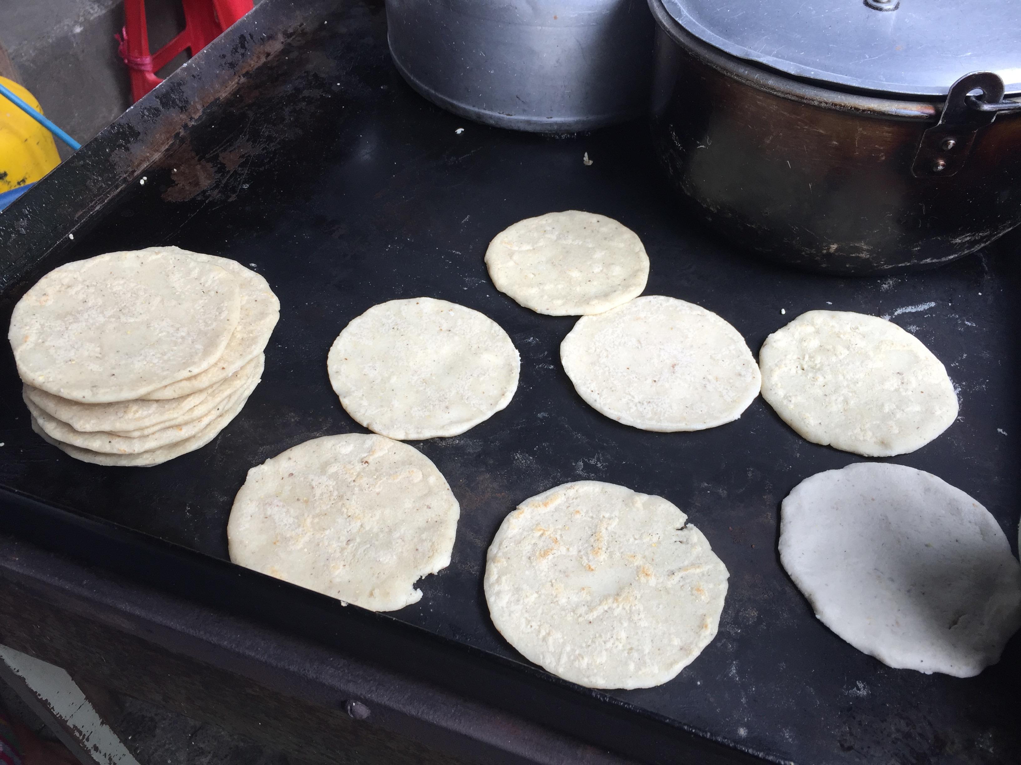 Tortilla em mercado de rua de Chichicastenango.
